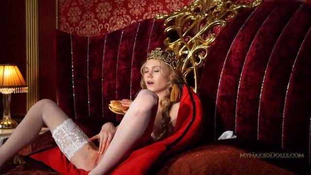 Королевская мастурбация гладкой киски блондинки в чулках #4