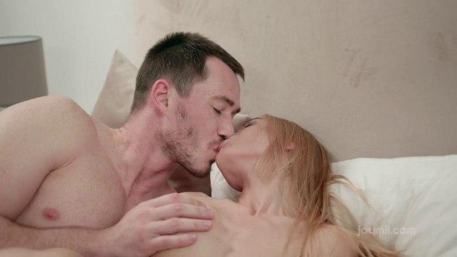 Нежная киска блондинки хочет жаркого секса в постели #9