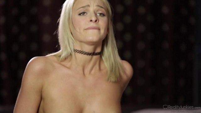 Реальный секс с сексуальной блондинкой на кровати #5