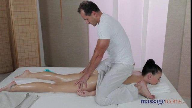Брюнетка с упругими дойками кайфует от секса с массажистом #3