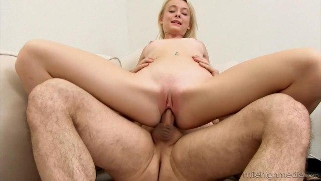 Блондинка пробует сперму после жаркого траха на диване #8