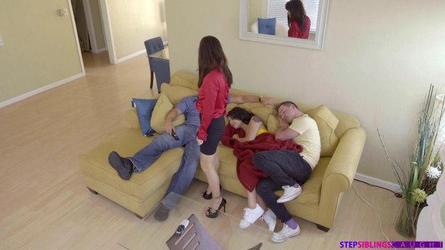 Сводные брат с сестрой втихоря трахаются в гостиной #4