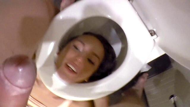Грубо трахнул девку в рот и тугую попку в ванной #6