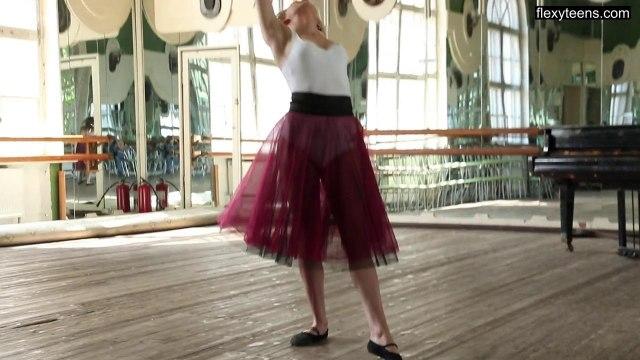 Балерина с идеальной растяжкой засветила киску на камеру #1