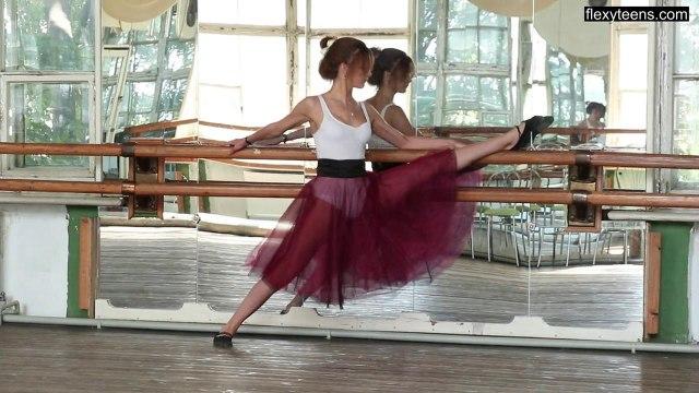 Балерина с идеальной растяжкой засветила киску на камеру #2