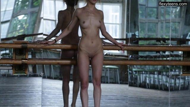 Балерина с идеальной растяжкой засветила киску на камеру #8