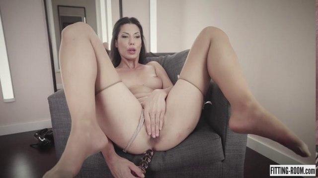 Анальная мастурбация на кресле в примерочной #9