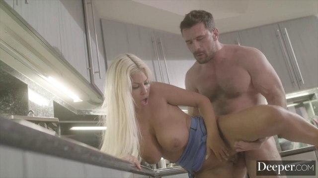 Мужик отжарил киску длинноногой любовницы на кухне #8
