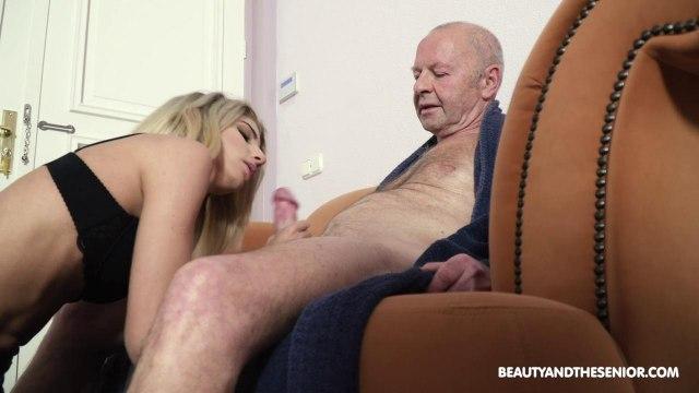 Худышка ублажает член своего богатого старика #2