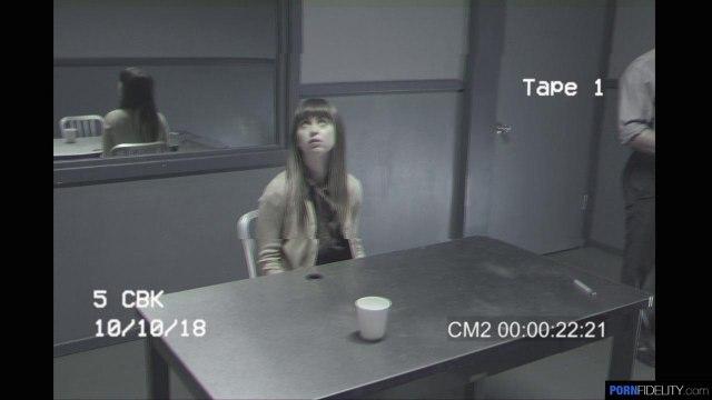 Жаркий секс с красоткой в тюремной камере на столе #1