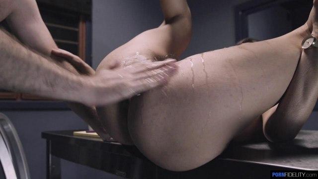 Жаркий секс с красоткой в тюремной камере на столе #4