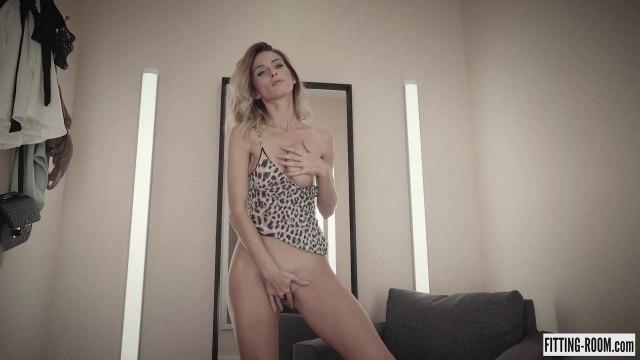 Девушка пальцами мастурбирует смачную вагину на кресле #6