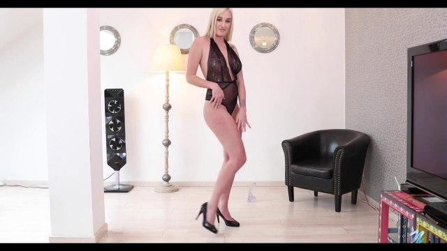 Шикарная соло-мастурбация блондинки с резиновым членом #2