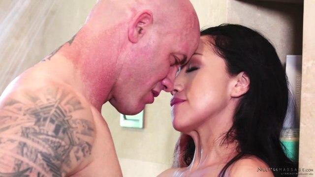 Брюнетка устроила своему лысому мачо эротический массаж #4