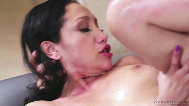 Брюнетка устроила своему лысому мачо эротический массаж #8