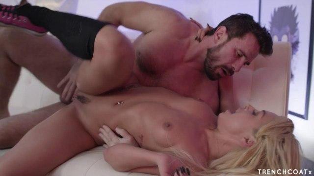 Самец развлекает похотливую геймершу сексом на диване #6