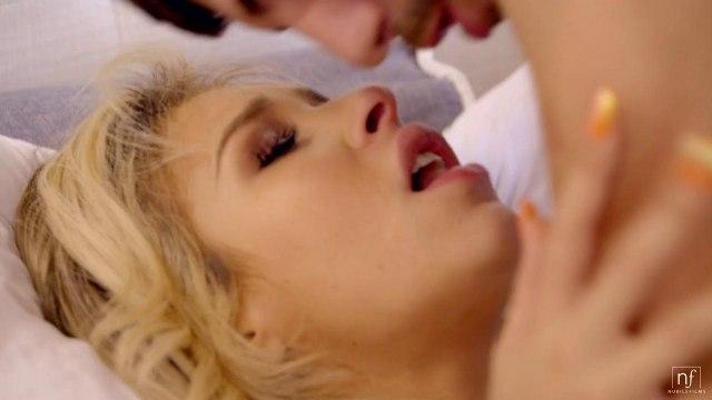 Блондинка в чулках в приятном шоке от секса со скромным парнем #7