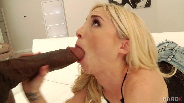 Блонда визжит от удовольствия, получив огромный член негра #3