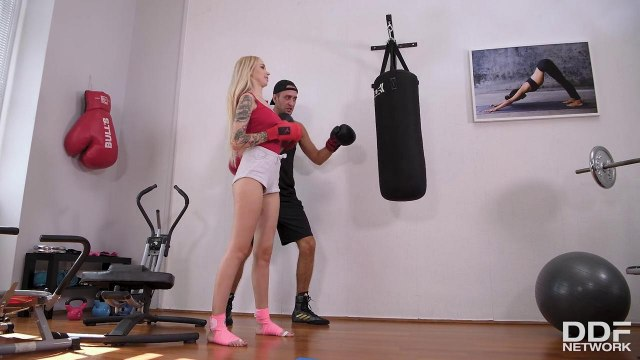 Блондинка занялась жарким сексом со своим личным прямо на полу #1
