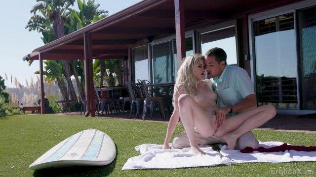 Любовники устроили жаркий секс раком на зеленой лужайке возле дома #4