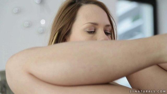 Футфетишист наслаждается страстным сексом на столе с симпатичной телкой #3