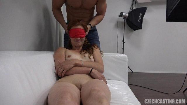 Худая девка мастурбирует вибратором и сосет член агента на кастинге #5