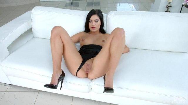 Брюнетка сосет член любовника и занимается с ним сексом раком на белом диване #2