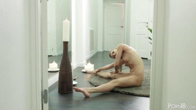 Стройная брюнетка устроила жаркий фитнес секс с личным тренером на ковре #2