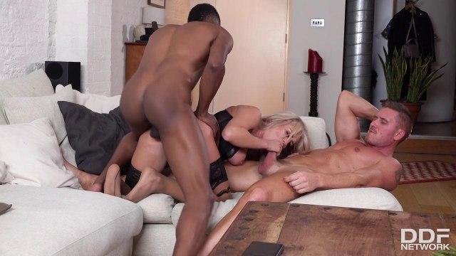 Блондинка получила двойное проникновение в жарком межрасовом сексе #7