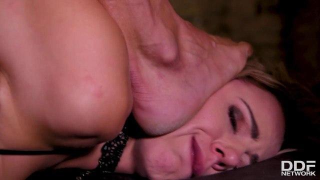 Грубый анальный секс и глубокая глотка с сисястой блондинкой на каблуках #5