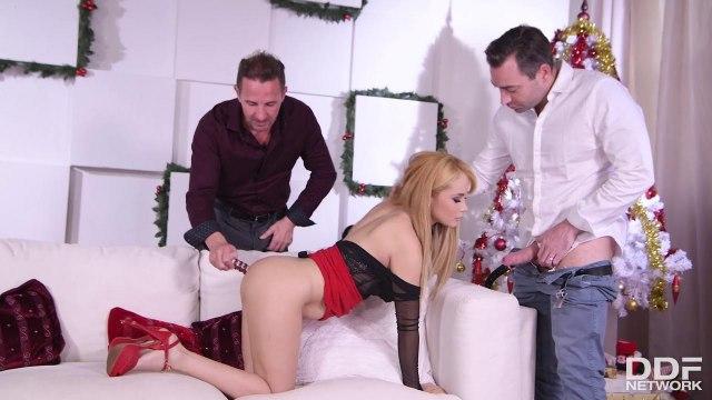 Блондинка приняла два крепких члена в свои тугие дырочки в сексе втроем #3
