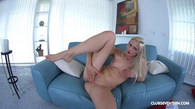 Блондинка мастурбирует пальцами свою бритую пиздень на большом диване #5