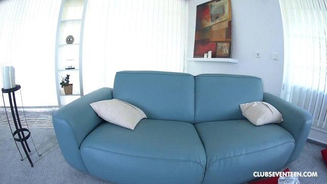 Блондинка мастурбирует пальцами свою бритую пиздень на большом диване #9