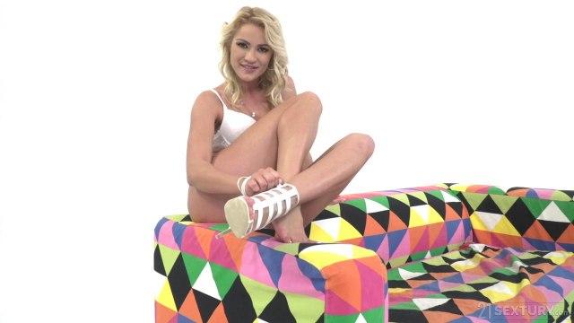 Блондинка возбудила член мужика ногами перед жарким анальным сексом #2