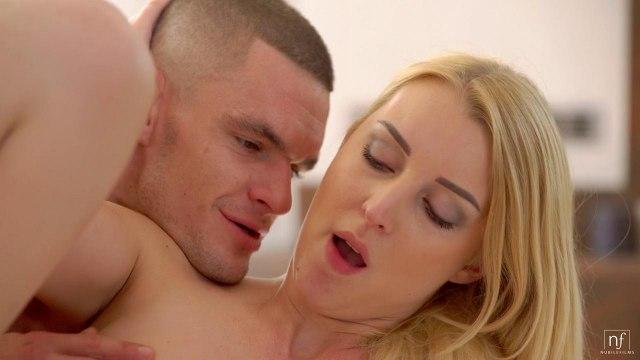 Блондинка с маленькими дойками нежно кончает от члена в своей промежности #9