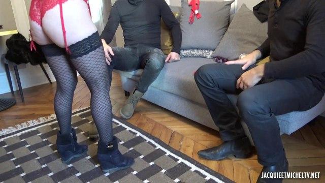 Блондинка с тугой писькой удовлетворяет два возбужденных мужских члена #3