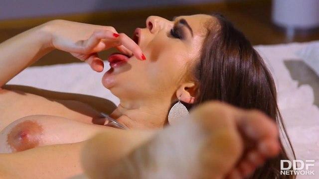 Сисястая баба трахается с секс машиной и кончает от удовольствия #9