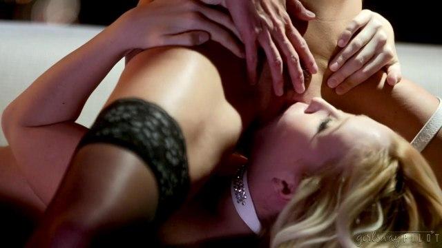 Лесбиянка соблазнила шикарную брюнетку на нежнейший лесбийский секс #5