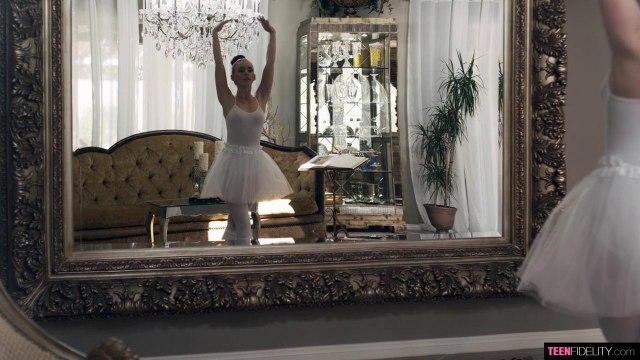 Порвал лосины на балерине, чтобы побаловать ее киску проникновением #1