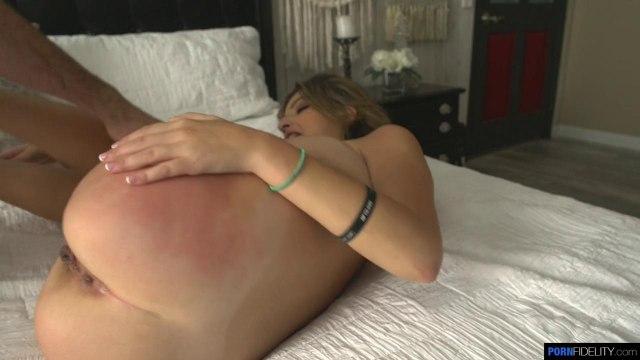 Сисястую женщину отшлепали и отымели раком на большой кровати в сочную письку #6