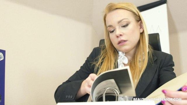 Молодая начальница сосет и трахается на стуле со зрелым сотрудником в кабинете #1
