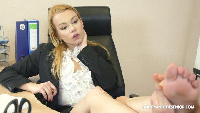 Молодая начальница сосет и трахается на стуле со зрелым сотрудником в кабинете #2