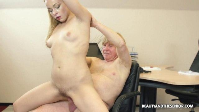 Молодая начальница сосет и трахается на стуле со зрелым сотрудником в кабинете #8
