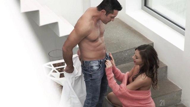 Девушка подставила попку, чтобы получить яркое анальное удовольствие с парнем #2