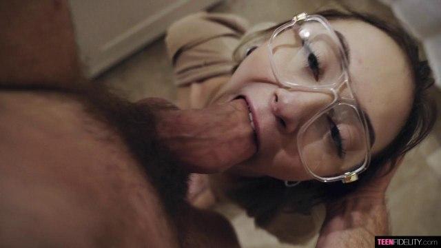 Телка в очках кончила от наслаждения, пока парень жарил ее бритую киску #4