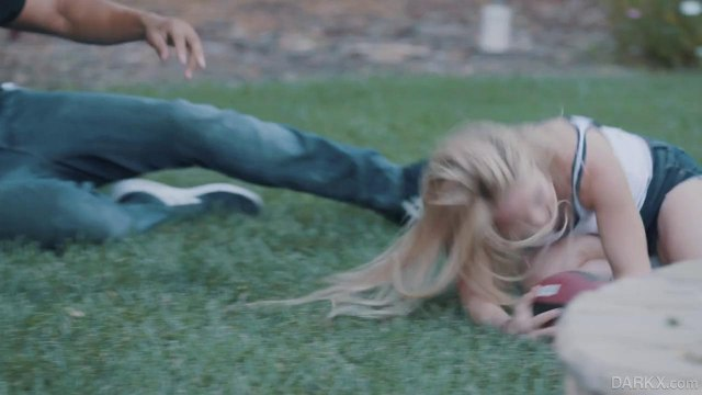 Негр трахает блондинку и обливает ее аппетитную попку густой спермой #2