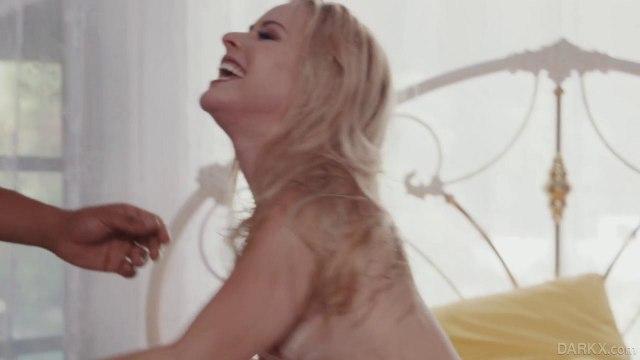 Негр трахает блондинку и обливает ее аппетитную попку густой спермой #9