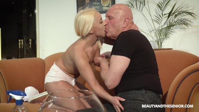 Блондинка сосет член старика и скачет верхом на его возбужденном пенисе #3