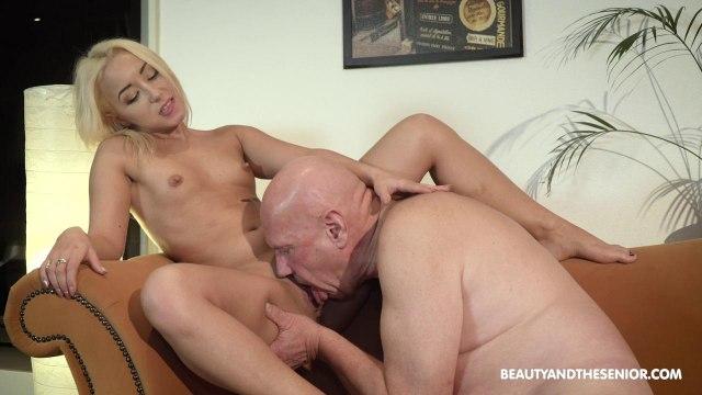 Блондинка сосет член старика и скачет верхом на его возбужденном пенисе #5