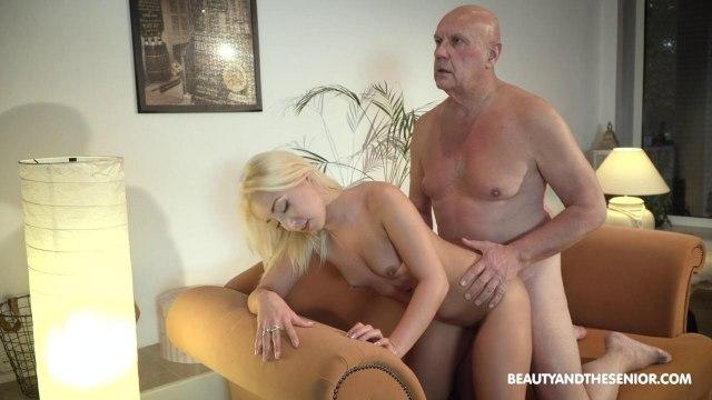 Блондинка сосет член старика и скачет верхом на его возбужденном пенисе #6
